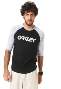 Oferta ➤ Camiseta Oakley Raglan Preta/Cinza   . Veja essa promoção