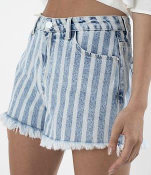 Shorts Jeans Listrado com Bordado